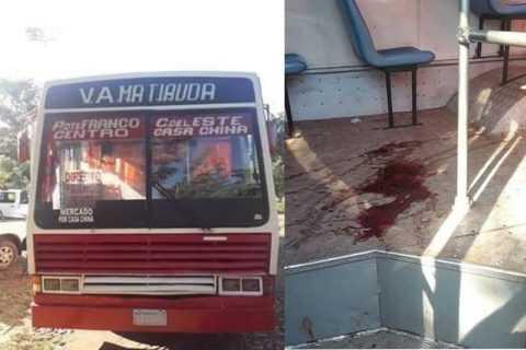 Ejecutan a una mujer por un celular dentro de un bus