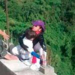 Mujer se suicida lanzándose de un puente con su hijo en brazos en Colombia