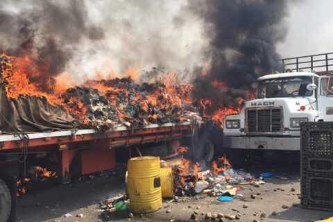 Queman camiones con ayuda humanitaria en puente fronterizo con Venezuela