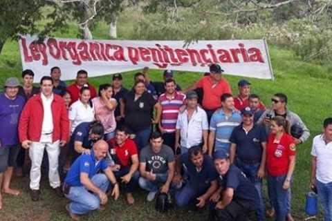 Agentes Penitenciarios de Coronel Oviedo se manifiestan