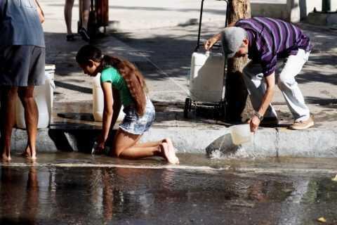 Venezolanos desesperados por conseguir agua tras los estragos del apagón